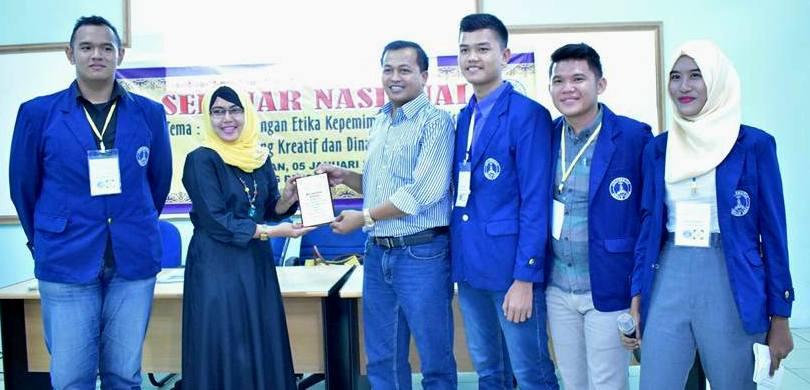 Pemberian cenderamata oleh Head of Corporate Affair PT. Aquafarm kepada Kepala Prodi Manajemen Fakultas Ekonomi dan Bisnis Universitas Medan Area.